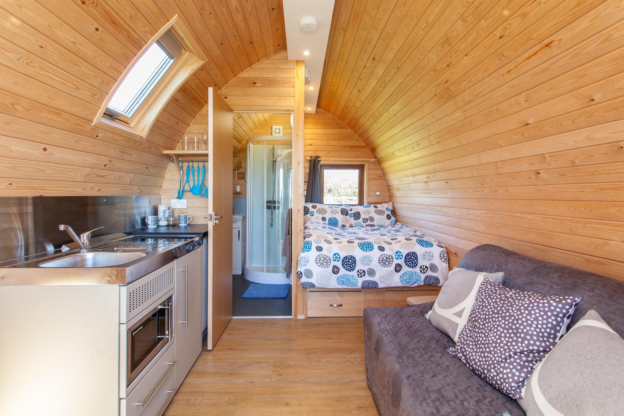 Hệ thống vệ sinh, giường, ghế sofa bên trong nhà gỗ 14m2